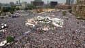 """Des dizaines de milliers d'islamistes égyptiens ont rejoint vendredi les manifestants laïques rassemblés depuis trois semaines sur la place Tahrir, dans le centre du Caire, pour une grande manifestation """"unitaire"""" à cinq jours du début du procès d'Hosni M"""