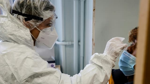 Dépistage du Covid-19 avec des tests antigéniques au lycée Emile-Dubois à Paris le 23 novembre 2020