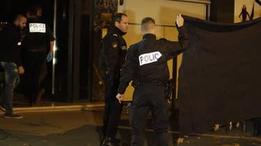 Des policiers, vendredi soir, au pied du domicile parisien du photographe David Hamilton.