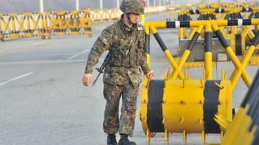 Un soldat sud-coréen autour du site industriel de coopération de Kaesong que les nord-coréens ont décidé de fermer temporairement à 53.000 de leurs employés