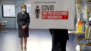 La Première ministre écossaise Nicola Sturgeon porte un masque de protection durant une visite au Western General Hospital à Edimbourg (Royaume-Uni), le 7 décembre 2020. (Photo d'illustration)