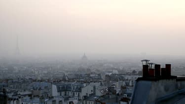 Au pied de la tour Eiffel, la population baigne dans une brume de pollution.
