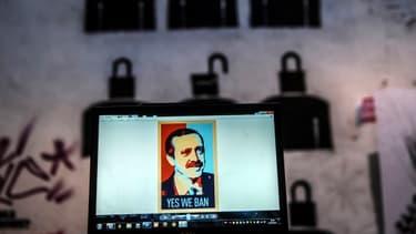 """Portrait du Premier ministre turc, Recep Tayyip Erdogan, parodiant l'affiche de campagne d'Obama """"Yes we can"""" avec le slogan """"Yes we ban""""."""