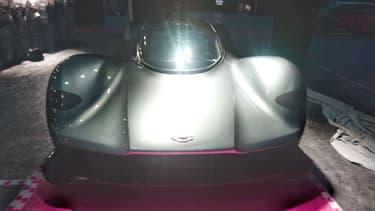La version exposée est le concept le plus récent de l'hypercar conçue par Aston Martin et Red Bull. Elle doit arriver sur le marché fin 2017 ou début 2018 mais les 150 exemplaires sont déjà vendus.