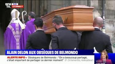 Le cercueil de Jean-Paul Belmondo entre dans l'église Saint-Germain-des-Prés à Paris