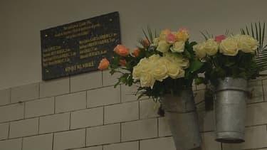 Une plaque avec le nom des huit victimes a été apposée à la station Saint-Michel.