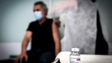 Un membre du personnel médical vaccine un salarié dans un centre de santé pour les employés des secteurs de la communication à Paris le 26 février 2021