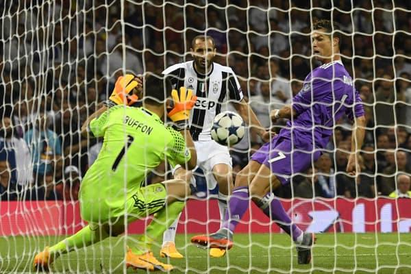 Cristiano Ronaldo (en mauve) marque un but à Gianluigi Buffon en finale de la Ligue des champions en 2017