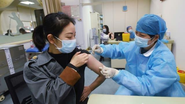 Vaccination avec le vaccin chinois contre le Covid-19 de CNBG, filiale de Sinopharm, à Hangzhou, en Chine, le 28 mars 2021