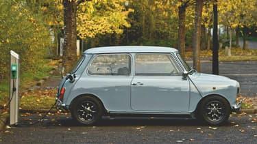 Transformer une (vieille) voiture thermique en électrique, c'est le pari du rétrofit. Un pari pratiquement impossible à mettre en place en France.