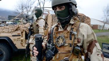 A la base militaire de Varces, en Isère, des soldats des forces spéciales du 1er RPIMa se préparent à une visite du ministre de la Défense, Jean-Yves Le Drian, le 5 décembre 2014.