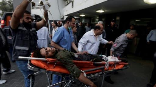 Un Palestinien blessé dans des heurts avec des soldats israéliens dans la bande de Gaza, le long de la frontière israélienne, est transporté à l'hôpital de Gaza, le 27 avril 2018