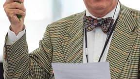 Francisco Sosa Wagner, député européen espagnol non inscrit, a brandi mardi un concombre dans l'hémicycle de Strasbourg pour demander la réhabilitation de cette cucurbitacée injustement accusée par Berlin d'être le vecteur de la bactérie E. coli. /Photo p