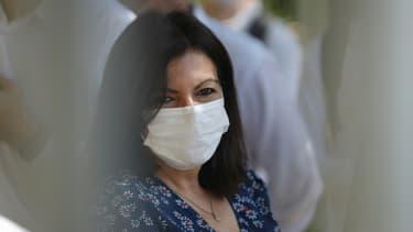 """La maire de Paris Anne Hidalgo porte un masque de protection à l'ouverture de la 19e édition de """"Paris-Plages"""", le 18 juillet 2020 au Bassin de la Villette à Paris"""
