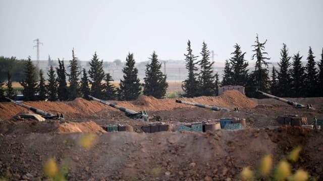 Des véhicules d'artillerie turcs postés à la frontière avec la Syrie, le 8 octobre, la veille de l'offensive lancée contre la milice kurde du YPG
