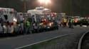 Ambulances à Montcoal sur le lieu d'une explosion qui a tué douze mineurs dans une mine de charbon de Virginie occidentale. Les équipes de secours tentaient lundi soir de retrouver dix mineurs portés disparus. /Photo prise le 5 avril 2010/REUTERS/WVVA-TV/