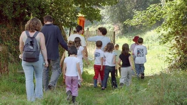 Des enfants accompagnés d'adultes se promènent dans la campagne ornaise (illustration)