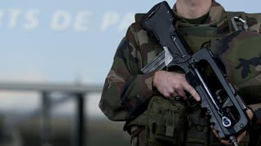 """Un militaire mobilisé en Île-de-France dans le cadre du plan Vigipirate """"Alerte attentat"""". (Photo d'illustration)"""
