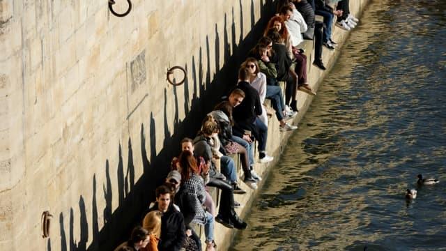 Sur les quais de Seine à Paris, lors d'un dimanche ensoleillé malgré la pandémie, le 28 février 2021