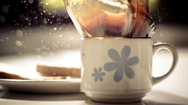 Remplacer le café par le thé n'est pas forcément la solution. La caféine, la théine et le trop plein de sucre sont à bannir pour rester en forme sans petit noir.