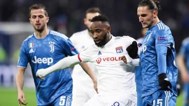 Moussa Dembélé face à Adrien Rabiot et Miralem Pjanic lors d'OL-Juve