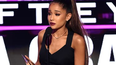 Ariana Grande reçoit le prix de meilleure artiste de l'année le 20 novembre 2016