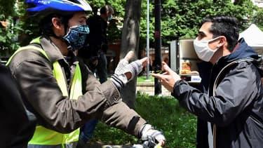 Un manifestant se revendiquant des gilets jaunes en pleine altercation avec un commerçant à Toulouse, samedi 16 mai 2020