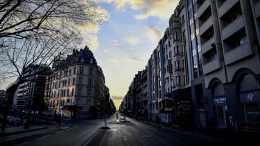 Photo d'une rue de Paris quasiment vide le 18 mars, 2e jour de confinement obligatoire en France