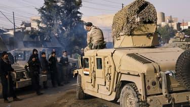 Un soldat irakien assis sur un Humvee, à l'est de Mossoul, le 10 janvier 2017. (Photo d'illustration)