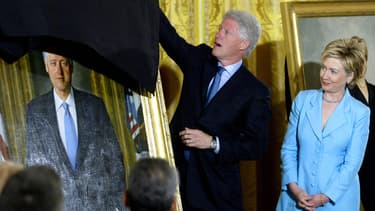 Bill et Hillary Clinton se tiennent près de leurs portraits officiels à la Maison Blanche lors du dévoilement organisé par le président George W. Bush, le 14 juin 2004