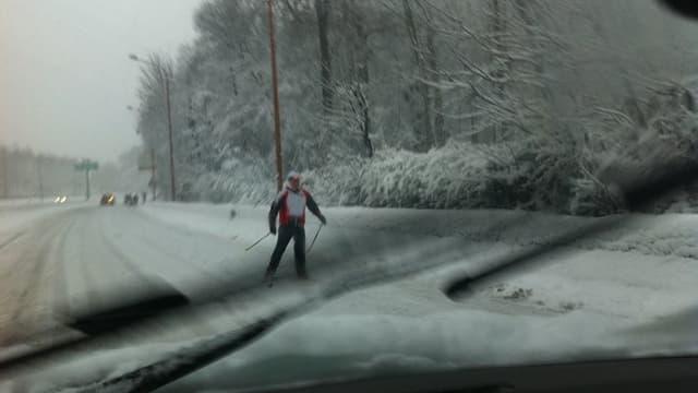 Skieur aperçu sur le bord de la N118  mercredi après-midi, et pris en photo par un internaute.
