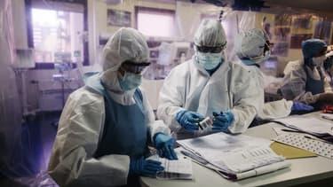 Une équipe médicale à l'hôpital franco-britannique de Levallois-Perret.