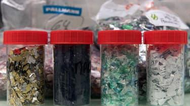 Des échantillons de plastique recyclable dans les laboratoires de Carbios.