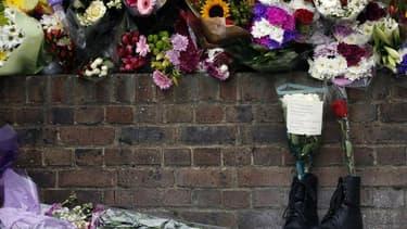 Hommage à Lee Rigby, à Londres, près de l'endroit où il a été assassiné mercredi. La police antiterroriste britannnique a arrêté samedi trois hommes en lien avec l'assassinat du militaire. /Photo prise le 24 mai 2013/REUTERS/Luke MacGregor