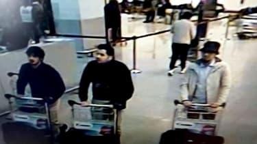 La police a diffuse ces images des caméras de surveillance sur lesquelles on voit les trois suspects des attentats qui ont frappé l'aéroport de Bruxelles ce 22 mars.