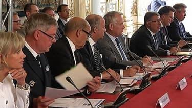 Réunion des responsables parlementaires autour de Jean-Marc Ayrault lundi à Matignon.