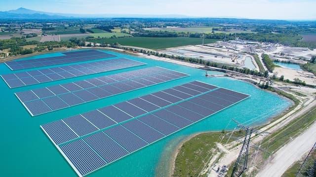 Avec ses 47.000 panneaux, la centrale solaire de Piolenc dans le Vaucluse flotte sur un bassin créé sur une ancienne carrière de granulats.