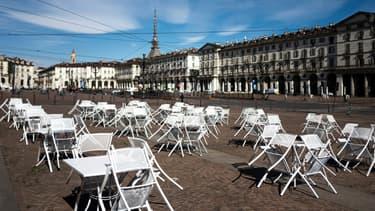 Des terrasses de bars et restaurants désertes à Turin, le 17 mars 2021 en Italie
