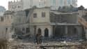 Des membres du Hamas inspectent les dégâts après le bombardement samedi par l'aviation israélienne de cibles liées aux services de sécurité du Hamas à Gaza. Dans le même temps, des activistes palestiniens ont tiré des roquettes sur Israël. /Photo prise le