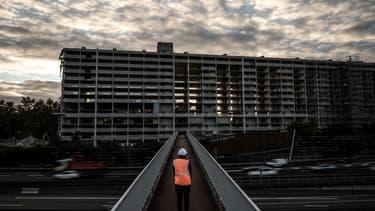 """À l'entrée de Lyon, la démolition symbolique de """"l'unité de construction numéro 1"""""""