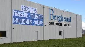 Une annonce géante sur la façade de l'usine, visible depuis l'autoroute