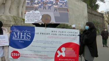 """Près de 200 personnes ont manifesté ce dimanche à Paris contre le projet de loi """"séparatisme"""" du gouvernement,"""