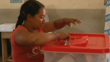 Une femme vote au premier tour de l'élection présidentielle malgache.