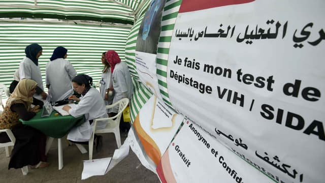 Opération de dépistage du sida organisée par l'ONU à Alger (Algérie), en juin 2015, dans le cadre du programme de lutte contre le VIH.