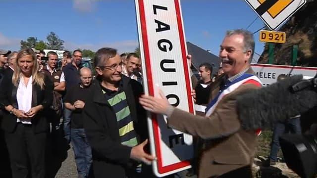 Le maire de Laguiole décroche le panneau de sa ville, le 19 septembre 2012.