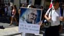 A Marseille, une manifestante contre le pass sanitaire porte une pancarte en soutien à Didier Raoult, le 21 août 2021.