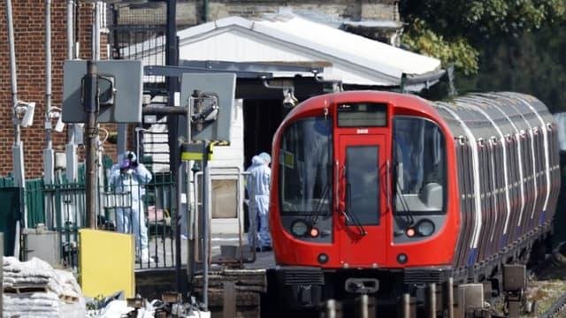 La police scientifique dans le métro londonien après l'attaque vendredi 15 septembre