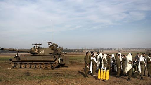 Des soldats israéliens font leur prière matinale près de la frontière de Gaza.