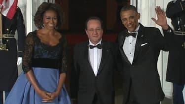 François Hollande entre Michelle et Barack Obama, mardi soir à la Maison-Blanche.