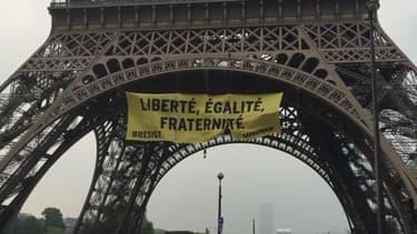 Des militants de Greenpeace ont déployé une banderole anti-FN depuis la Tour Eiffel.